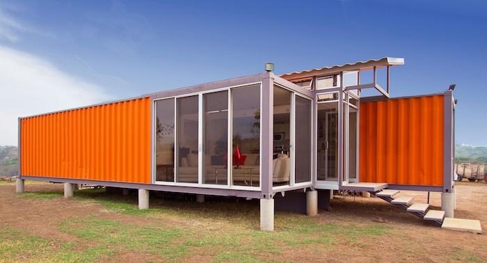 werfen sie einen blick auf diese idee für ein oranges einstöckiges container haus aus metall mit fenstern und treppe
