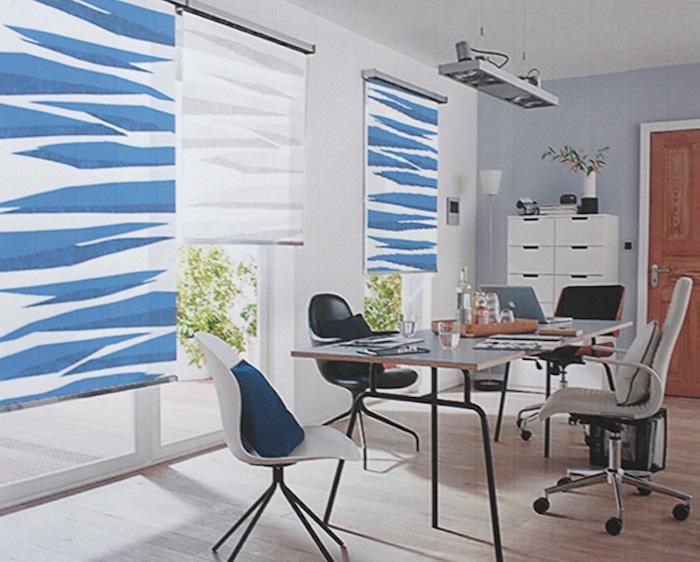 ein rollo kommt selten allein, weiße rollos mit blauem motiv im office