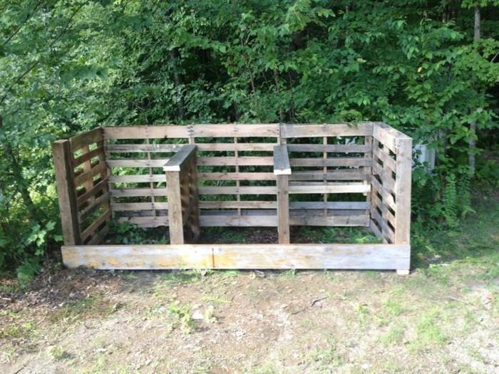 noch ein sehr schöner komposter, der aus alten europaletten gebaut wurde, und verschiedene pflanzen mit grünen blättern