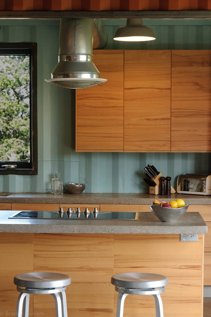 wir empfehlen ihnen einen blick auf diese idee zum thema container haus einrichtung zu werfen - küche mit stühlen, messer, tisch und lampe
