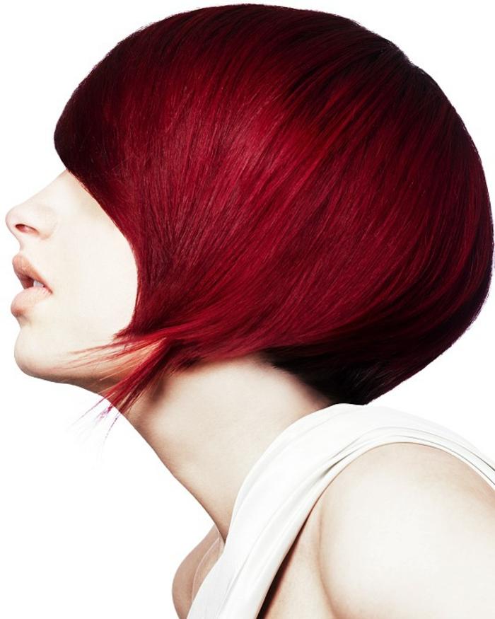 extravagante und sehr elegante Kurzhaarfrisu für Damen, dunkelrote Haarfarbe, helle Haut akzentuieren