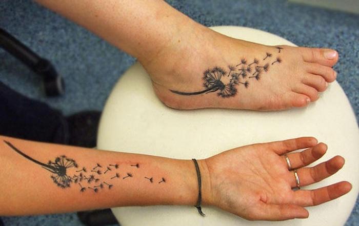 familien tattoo, frauen mit blumen tattoos in schwarz und grau