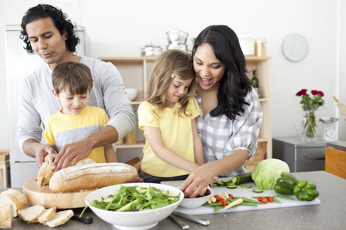 zusammen mit den lieben menschen das abendessen zubereiten in der pfanne kochen