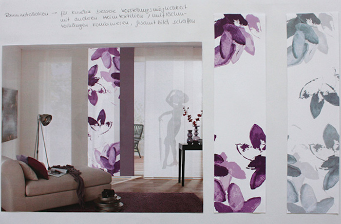 weiße fensterrollos mit lila blüten, rollos mit blumenmotiv