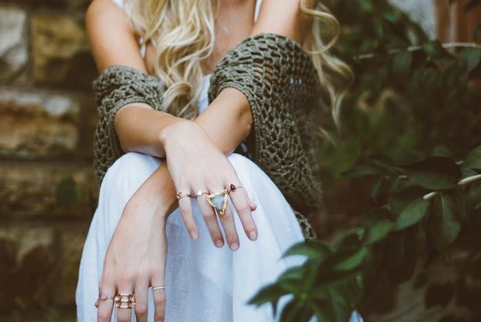 ein weißes Kleid und ein grüner Schal - schöne Kombination