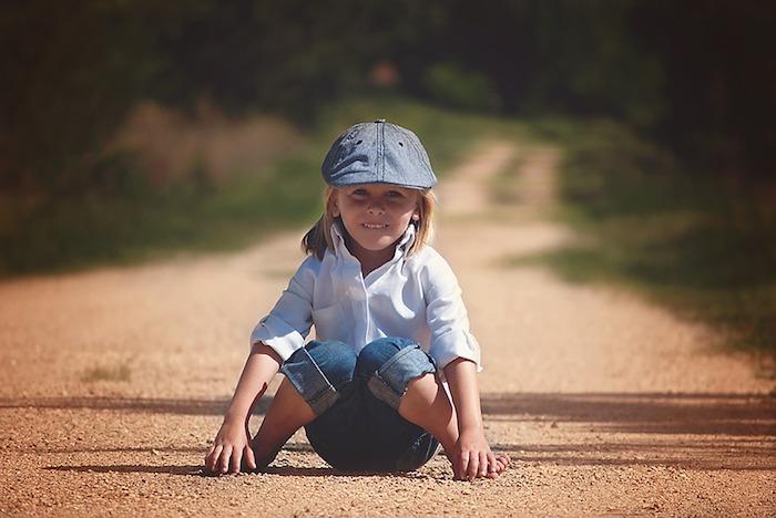 kleines Mädchen mit blauen Jeans - Blau von fünf Farben