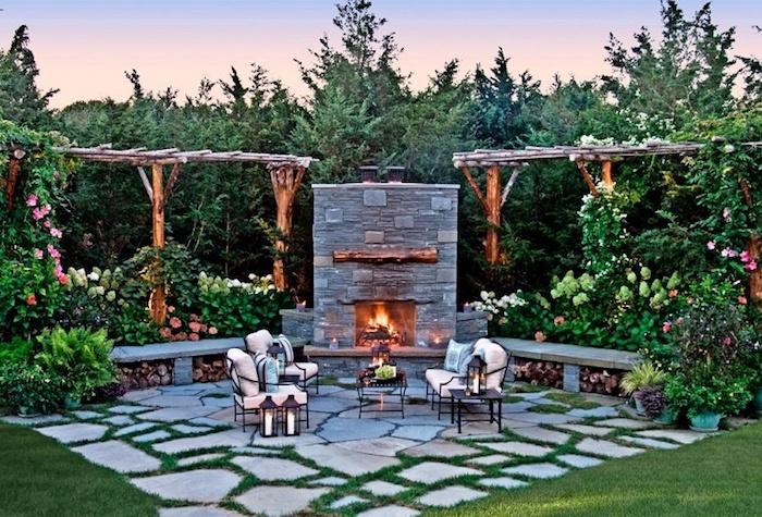sitzplatz garten, hintergarten mit kamin aus naturstein, gartenmöbel