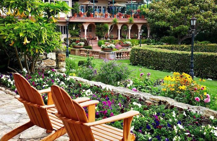 sitzplatz garten, gartenmöbel aus holz, großer hintergarten