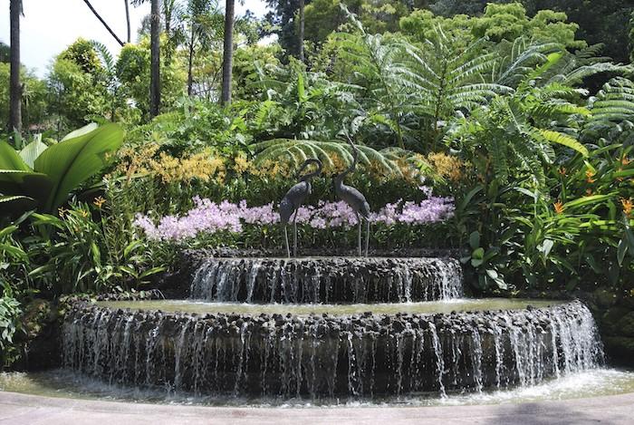 gartengestaltung beispiele, großer wasserfall im hintergarten, gartenpflanzen