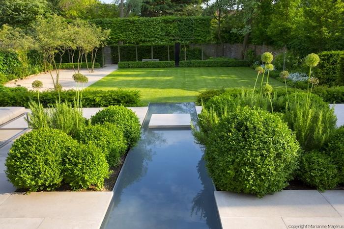 gartengestaltung beispiele, hintergarten mit teich und vielen grünen büschen