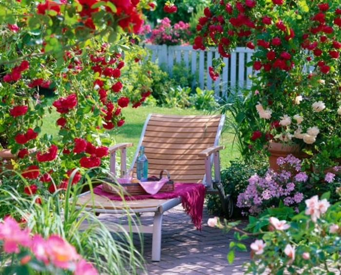 gartengestaltung kleine gärten, chaiselongue aus holz, viele bunte blumen
