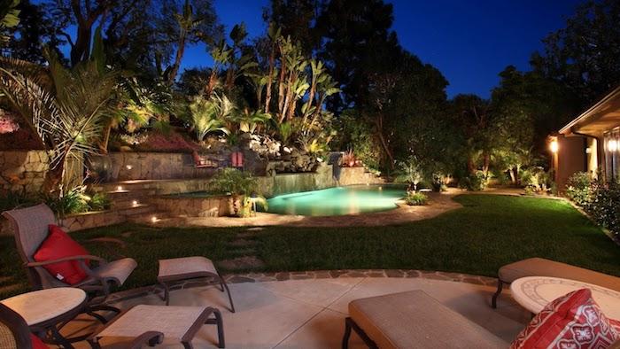 garteninspirationen, hintergarten mit schwimmbad, gartenbeleuchtung