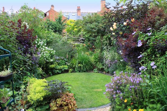 gartengestaltung bilder, runder hintergarten mit vielen grünen pflanzen