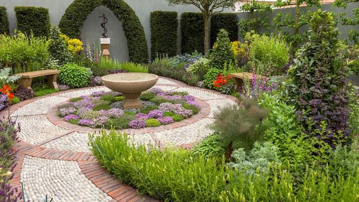 gartengestaltung kleine gärten, gartendesign mit vielen pflanzen und fontäne im zentrum