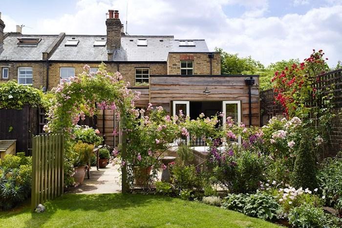 gartengestaltung kleine gärten, gartenzaun dekoriert mit vielen blumen
