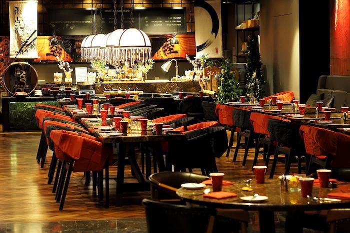Einrichtung in schwarz und rot mit Gastronomie Tische und Stühle