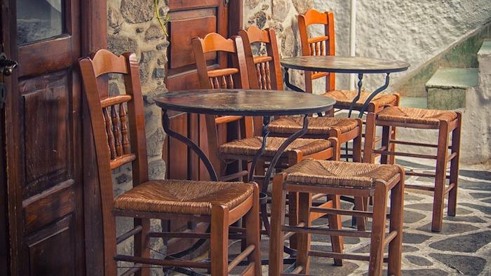 Ratan Stühle im Außenbereich und kleine Glastische - Gastronomie Stühle und Tische
