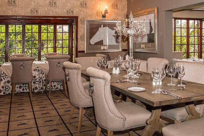 ein modernes Restaurant mit gepolsterten Stühlen - Gastronomie Stühle und Tische