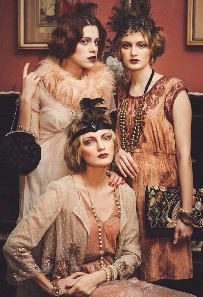 Gatsby Style Party, Tüllenkleid, Pelzschal, Kleid mit Applizierung, runde Handtasche