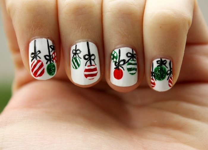 nageldesign mit weihnachtskugeln dekorationen weiße nägel rot und grün dekoriert