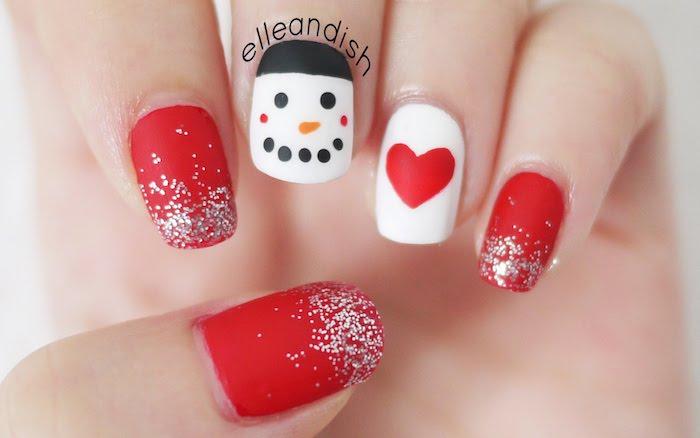 winternägel dekorationen auf rotem basis herzchen deko weiße nägel schneemann