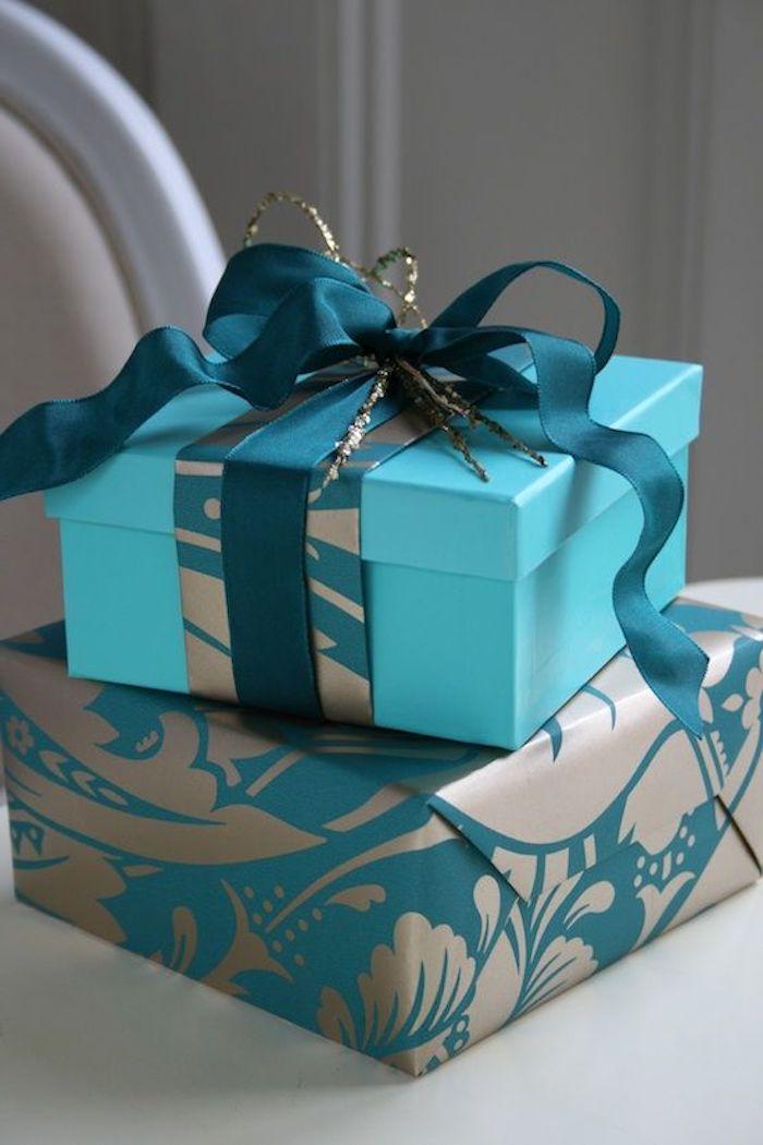 qadratische Box, dekoriert mit blauem Geschenkband, Glanzpapier in zwei Farben