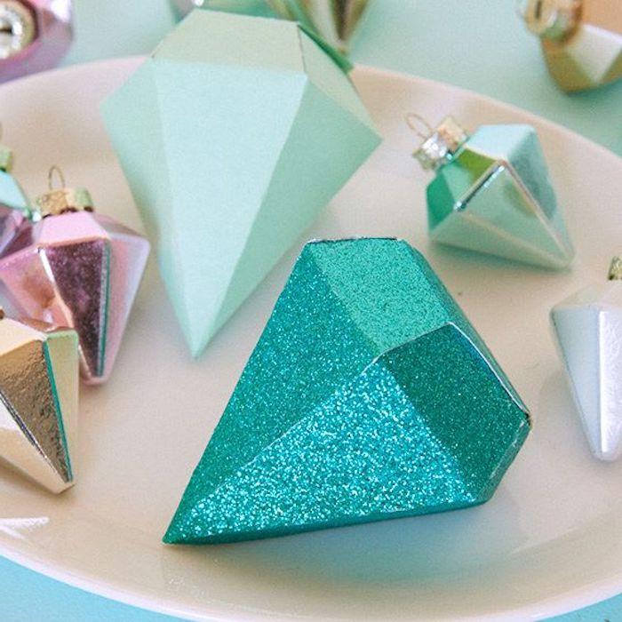 Geschenkverpackung mit blauem Glitzer in der Form einer Diamantes