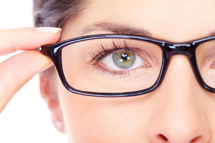 frau mit dunklen haaren und grünen augen, gleitsichtbrille tragen