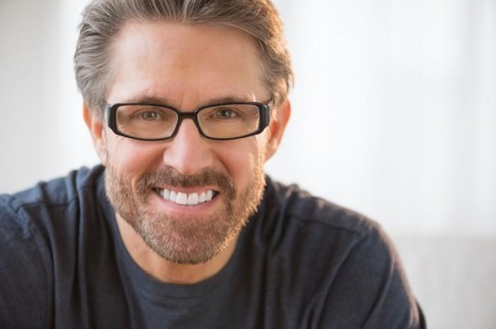 mann mit grünen augen und braunen haaren, der gleitsichtbrille trägt