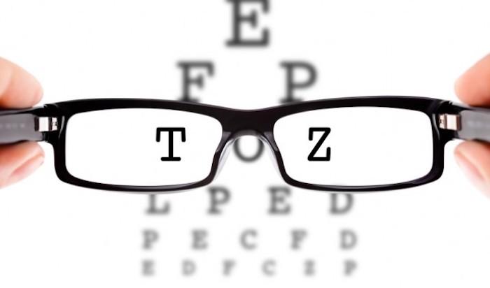 gleitsichtbrille tragen, brille mit schwarzem rahmen, kurzsichtigkeit
