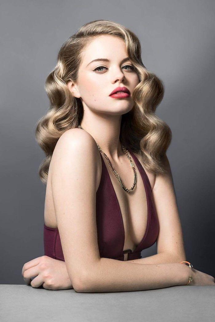 Retro Locken, Haare seitlich tragen, schwarzer Lidstrich und roter Lippenstift, Abendkleid in Burgundrot