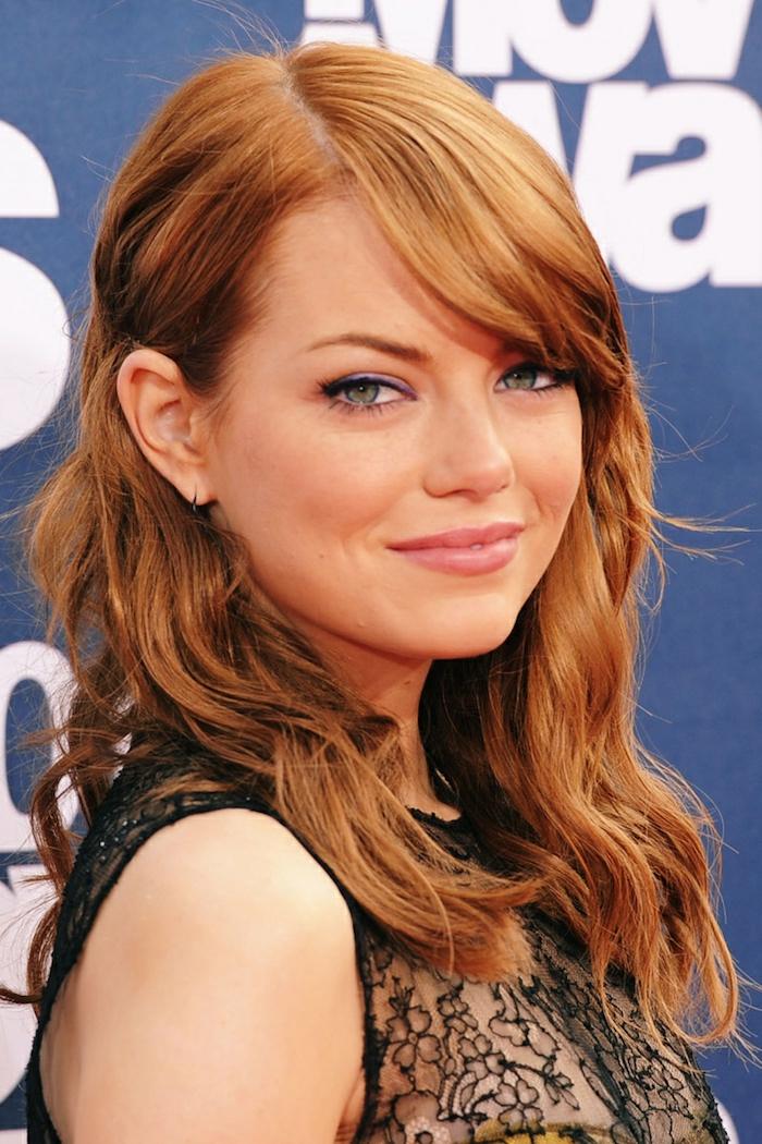 kupferblonde Haare, lang, mit Pony, blasse Haut, grüne Augen, rosa Lippen