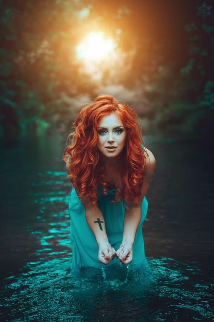 rothaarige Schönheit mit Schneewittchen-Teint und grünen Augen, blaues Kleid, Kreuz-Tattoo