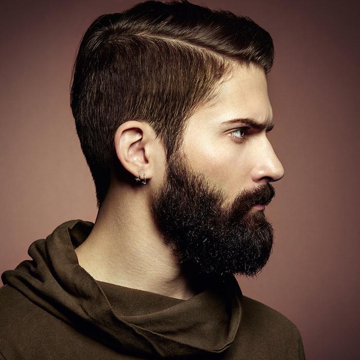kurzer undercut in hippie stil schwarze haare und bart tragen und ohrringe für männer