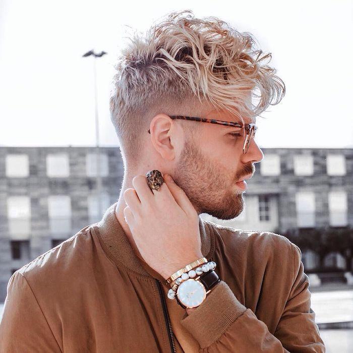 mens undercut mit pony schmalztolle für männer blonde haare model brille uhr ring