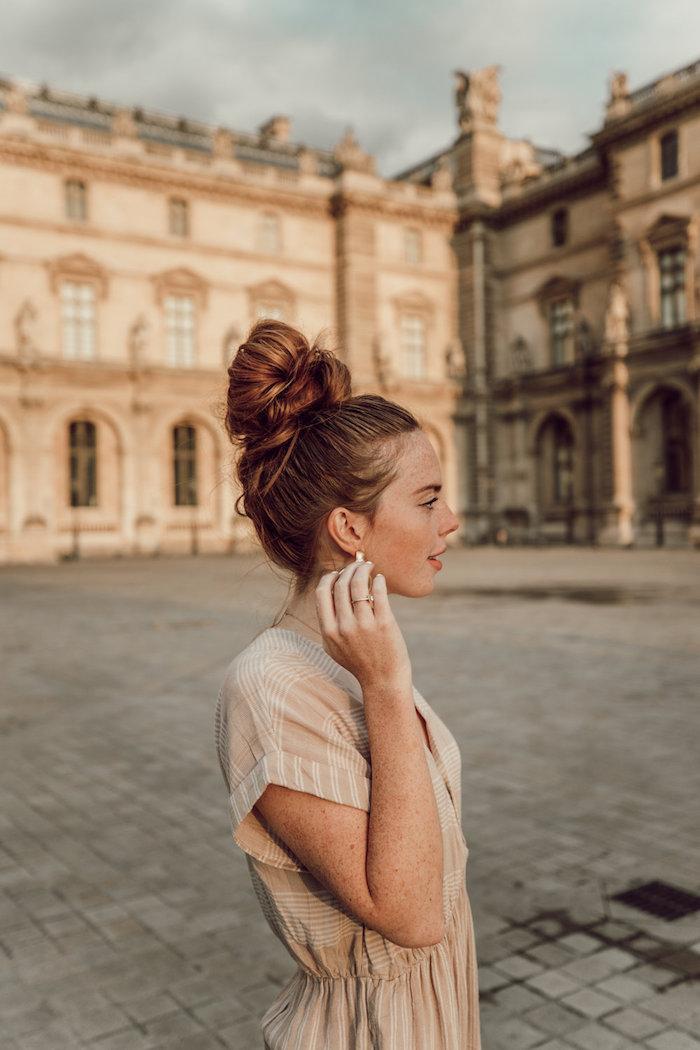 Haarfarbe Hellbraun, Messy Bun für den Alltag, alltägliches Kleid in Beige mit kurzen Ärmeln