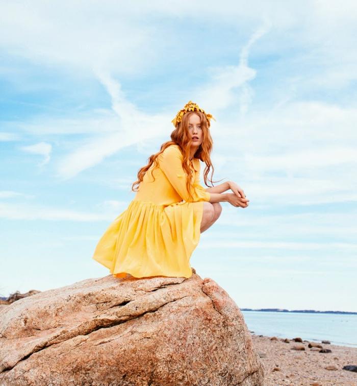 naturrote Haarfarbe, gelbes Kleid, kombiniert mit gelbem Kranz, frische Sommer-Stimmung