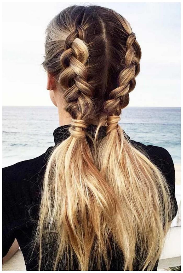 Lange geflochtene Haare, zwei Zöpfe, Balayage Haare, brauner Haaransatz, blonde Längen