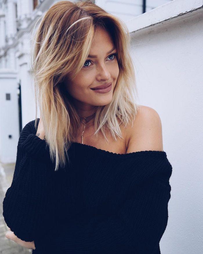 Ombre Haare, brauner Haaransatz und blonde Längen, schwarzer Pullover mit einem Ärmel, matter Lippenstift