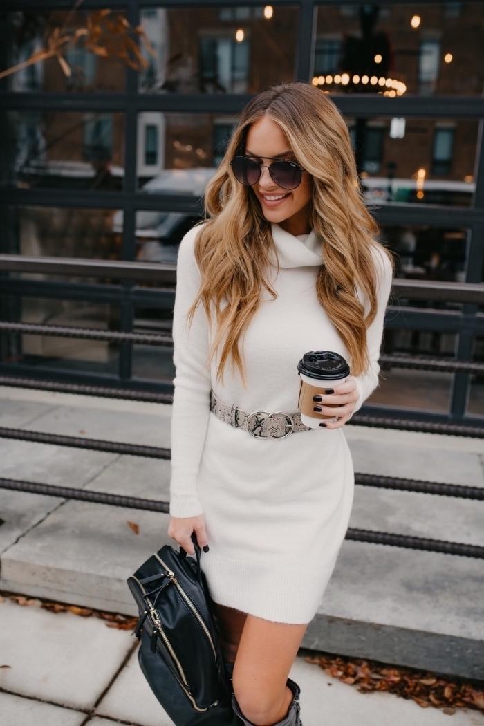 Weißes enges Kleid mit langen Ärmeln, Ombre Haare hellbraun und goldblond, schwarzer Rucksack aus Leder