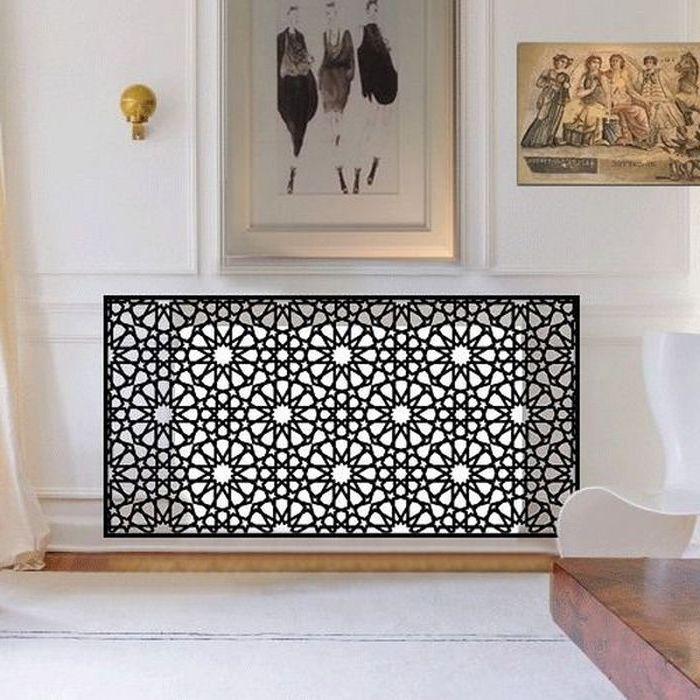 ein Gitter in schwarzer Farbe mit abstrakten Formen und Blumen Heizung verkleiden