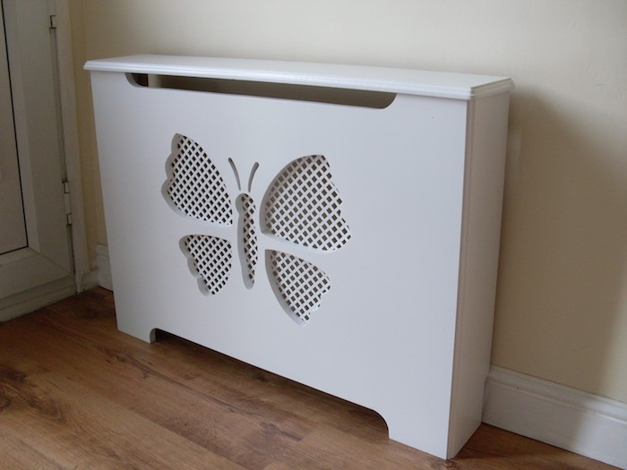 Heizungsverkleidung in weißer Farbe in der Form eines Schmetterling für das Kinderzimmer