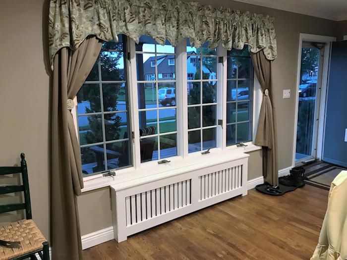 Heizkörper verstecken unter großen Fenstern mit beigen Vorhängen, so bildschön