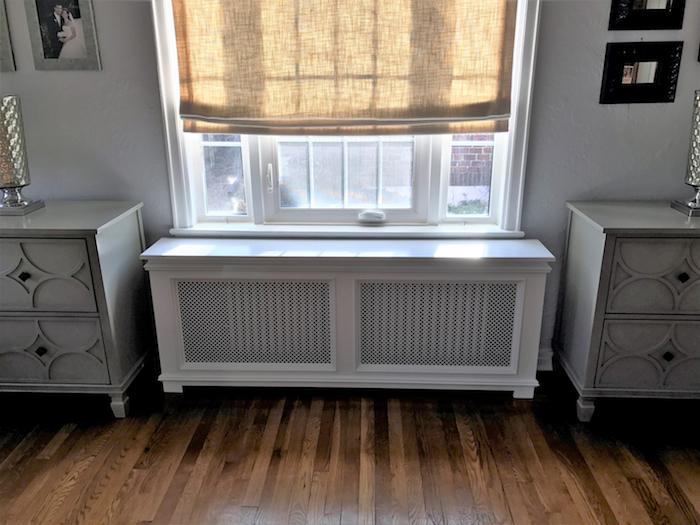weiße Fensterrahmen und ein Plissee in gelben Farben und Heizkörper verstecken