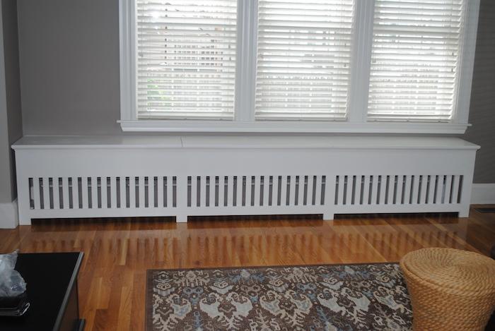 Heizkörper verstecken mit einigen weißen Gittern unter Fenster mit Rollos