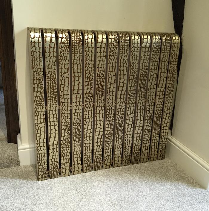 eine schlaue ausgefallene Idee, wie Sie den Heizkörper verstecken in goldener Farbe