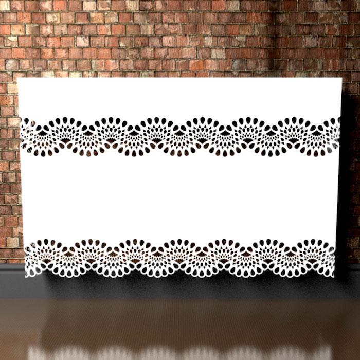 Heizkörperverkleidung in weißer Farbe mit Motiven wie Spitze auf braunen Boden