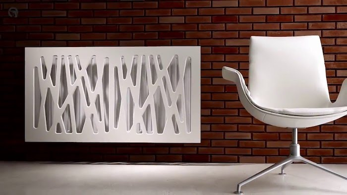 eine Designer Heizkörper Abdeckung in weißer Farbe neben einem weißen Stuhl
