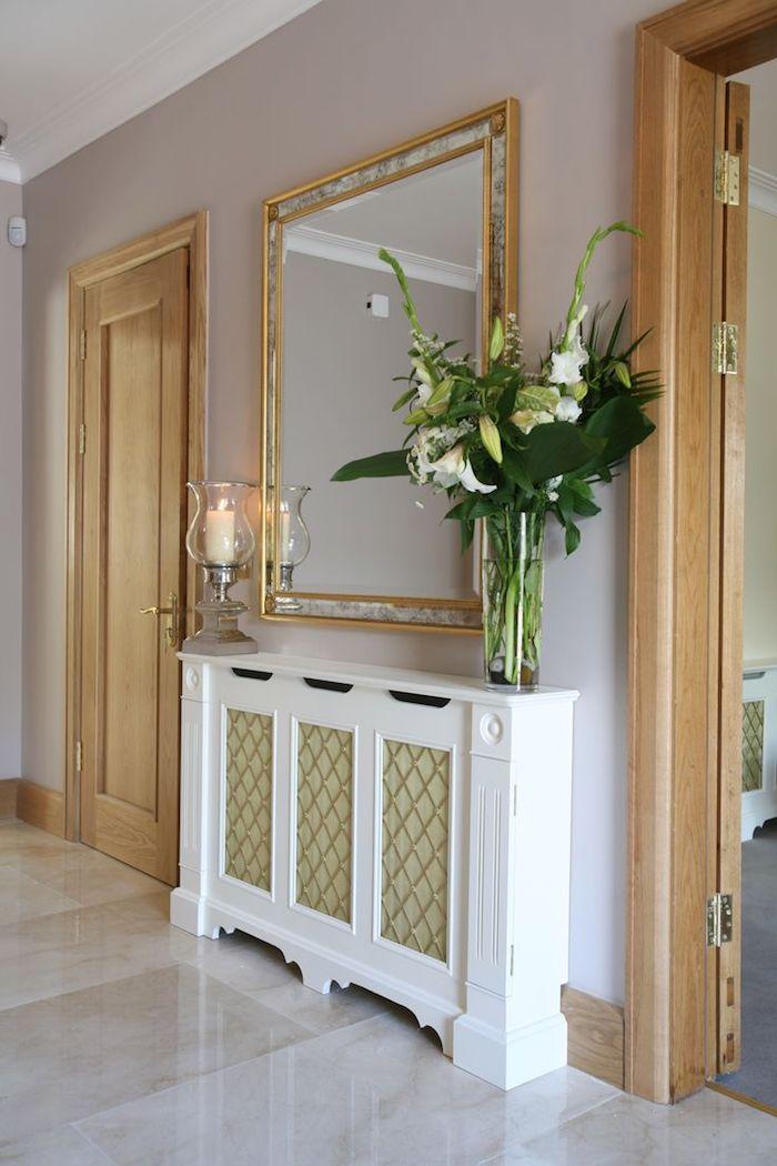 mit einigen stilvollen Elementen die Heizung verkleiden, Spiegel mit einem goldenen Rahmen