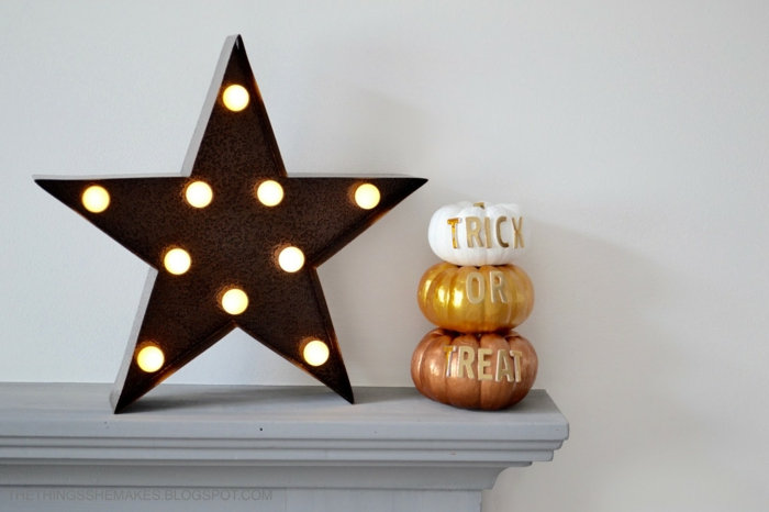 Kürbisse bemalen und mit Buchstaben verzieren, tolle Herbstdekoration für jeden Raum, DIY Projekte für Kinder und Erwachsene